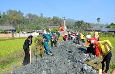 Nhân dân xã Phúc Sơn, huyện Văn Chấn tham gia làm đường giao thông nông thôn.