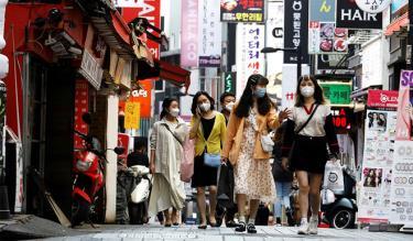 Người dân thủ đô Seoul, Hàn Quốc, giữ khoảng cách tại nơi công cộng.