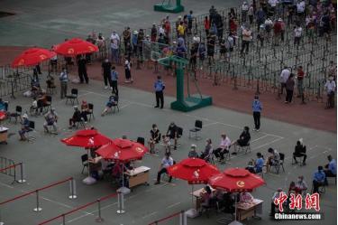 Người dân quận Triều Dương, Bắc Kinh xếp hàng xét nghiệm ngày 23/6.