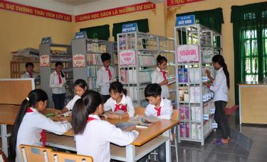 Học sinh Trường Phổ thông dân tộc bán trú THCS Phong Dụ Thượng đọc sách trong thư viện nhà trường.