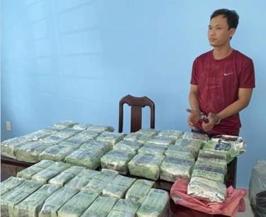 Đối tượng trong đường dây buôn ma túy xuyên quốc gia và tang vật tại cơ quan công an.