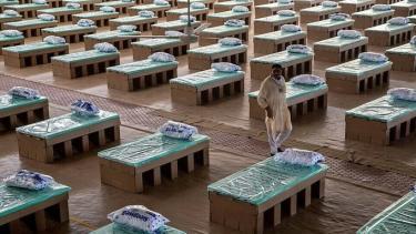 Trong bối cảnh số ca Covid-19 đã vượt 500.000, hàng nghìn giường bệnh làm bằng bìa carton được tăng cường cho các bệnh viện dã chiến Ấn Độ.