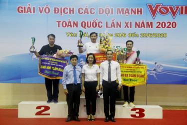 Ban tổ chức trao cúp và huy chương Vàng cho đoàn thành phố Hồ Chí Minh