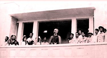 Chủ tịch Hồ Chí Minh nói chuyện với cán bộ, đảng viên, nhân dân các dân tộc Yên Bái tại Lễ đài Sân vận động thị xã Yên Bái ngày 25/9/1958.
