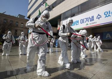 Phun thuốc khử trùng nhằm ngăn chặn sự lây lan của dịch COVID-19 tại thành phố Daegu, Hàn Quốc ngày 2/3/2020.