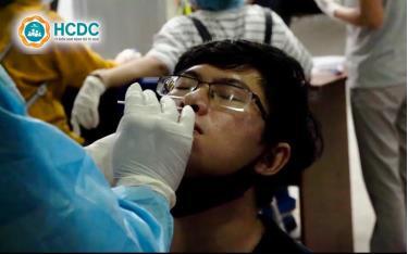 Lấy mẫu phết mũi họng tầm soát Covid - 19