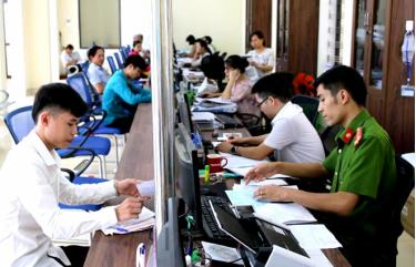 Staff members of a unit handling administrative procedures in Van Yen district serve local people.