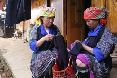 Women in Che Cu Nha commune, Mu Cang Chai district, preserve traditional craft.