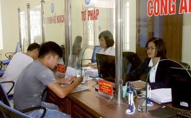 Bộ phận Phục vụ hành chính công thành phố Yên Bái làm tốt công tác giải quyết công việc cho người dân.