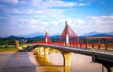Những cây cầu mới bắc qua sông Hồng trên địa bàn thành phố Yên Bái.