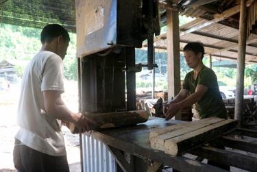 Chế biến gỗ rừng trồng ở huyện Yên Bình. (Ảnh Minh Huyền)