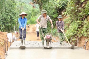 Người dân xã Yên Thái tham gia kiên cố hóa đường giao thông nông thôn.