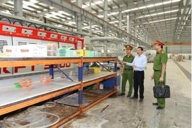 Cán bộ Phòng Cảnh sát kinh tế, Công an tỉnh kiểm tra tình hình sản xuất của các doanh nghiệp trên địa bàn.