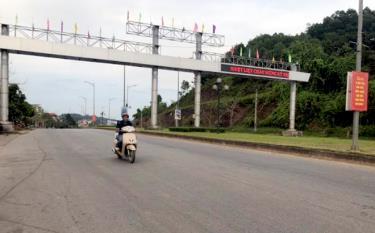 Vạch kẻ đường trên đường Nguyễn Tất Thành, thành phố Yên Bái không còn nhìn thấy rõ