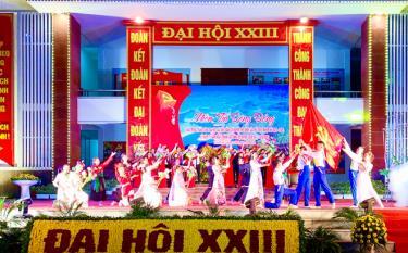 """Chương trình nghệ thuật chào mừng thành công Đại hội đảng bộ huyện Yên Bình có chủ đề """"Sắt son niềm tin dâng Đảng"""""""