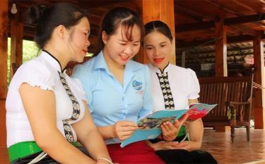 Chị Hoàng Thị Siêm - Chủ tịch Hội Liên hiệp Phụ nữ xã Phù Nham, thị xã Nghĩa Lộ trao đổi với hội viên về việc thực hiện Chỉ thị số 05.