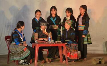 Tuyên truyền viên xã Suối Giàng tuyên truyền về tảo hôn và hôn nhân cận huyết thống cho đồng bào.
