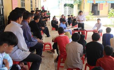 Một buổi họp bản tuyên truyền về xây dựng bản nông thôn mới ở bản Xéo Dì Hồ A - bản phấn đấu đạt nông thôn mới vào năm 2021 của xã Lao Chải.