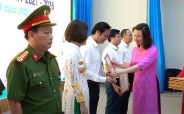 Huyện Văn Yên khen thưởng 51 tập thể và 118 cá nhân có thành tích xuất sắc trong công tác bầu cử và vận động cử tri