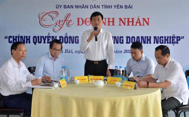 Vice Chairman of the Yen Bai People's Committee Nguyen Chien Thang talks to investors and enterprises at the