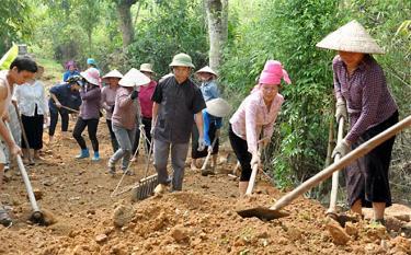 Người dân bản Lụ 1 tham gia làm đường giao thông nông thôn.
