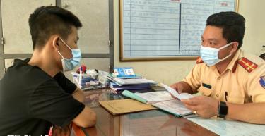 Lực lượng CSGT lập biên bản xử lý đối với Dương Văn Mão tại cơ quan công an.