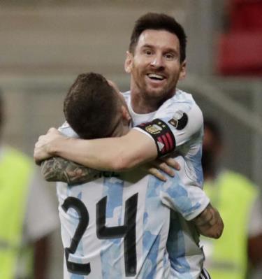 Messi ăn mừng chiến thắng trước Paraguay.
