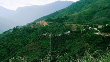 Người dân Làng Lao, xã Cát Thịnh  vui mừng khi có đường bê tông và điện lưới quốc gia.
