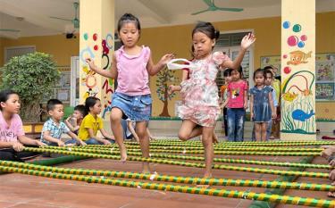 Trẻ em xã Nghĩa An tập múa sạp.