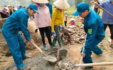 Dân quân xã Tú Lệ giúp dân tu sửa đường giao thông nông thôn.