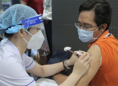 Nhân viên Công ty FPT Software - Khu Công nghệ cao được tiêm vắc-xin Covid-19 trong chiến dịch tiêm vắc-xin có quy mô lớn trên cả nước