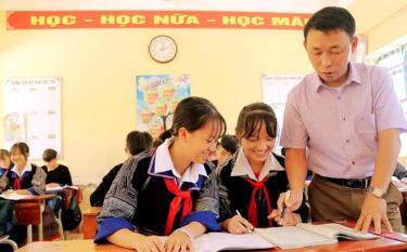 Thầy và trò Trường PTDTNT THCS huyện Mù Cang Chải nỗ lực thi đua dạy tốt, học tốt.