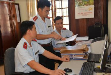 Lãnh đạo Cơ quan Kiểm tra - Thanh tra huyện Văn Yên trao đổi nghiệp vụ chuyên môn với cán bộ trong cơ quan.