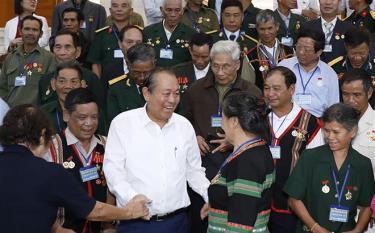 Phó Thủ tướng Thường trực Trương Hòa Bình và các đại biểu người có công tỉnh Kon Tum.