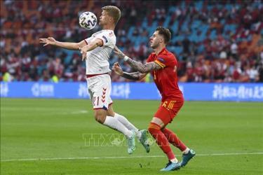 Pha tranh bóng bổng quyết liệt giữa tiền đạo Đan Mạch Andreas Cornelius (trái) và hậu vệ Xứ Wales Joe Rodon trong trận đấu tại vòng 16 đội, Vòng chung kết EURO 2020 trên sân vận động Johan Cruyff Arena ở thủ đô Amsterdam, Hà Lan ngày 26/6/2021.