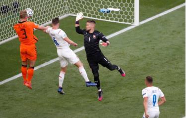 Hà Lan (áo cam) sở hữu nhiều cơ hội trong 15 phút đầu.