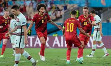 Hazard chia vui cùng đồng đội sau khi ghi bàn mở tỷ số.