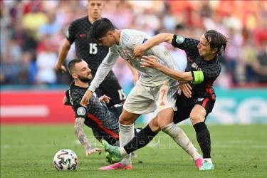 Pha tranh bóng quyết liệt giữa tiền vệ Croatia Luka Modric (phải) và tiền đạo Tây Ban Nha Alvaro Morata trong trận đấu ở vòng 16 đội, vòng chung kết EURO 2020, trên sân Parken, Copenhagen, Đan Mạch ngày 28/6/2021.