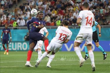 Hậu vệ Thụy Sĩ Ricardo Rodriguez cản phá cú sút của tiền vệ Pháp Paul Pogba (trái) trong trận đấu vòng 16 đội, chung kết EURO 2020 tại Bucharest, Romania ngày 28/6/2021.