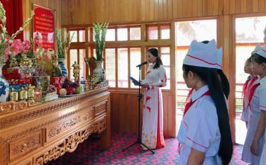 Thầy và trò Trường Tiểu học và THCS Lý Tự Trọng, thị xã Nghĩa Lộ báo công với Bác tại Khu tưởng niệm Chủ tịch Hồ Chí Minh thị xã Nghĩa Lộ.