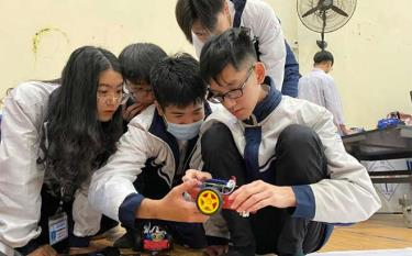 Students of Nguyen Tat Thanh High School for the Gifted with the creative project of inventing auto-tracking cars.