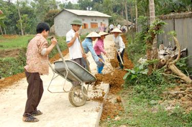 People in Khanh Thien commune participate in upgrading rural traffic facilities.
