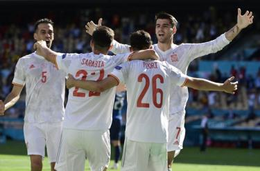 Các cầu thủ Tây Ban Nha ăn mừng bàn thắng vào lưới Slovakia