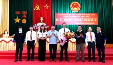 Đại tá Trần Công Ứng tặng hoa chúc mừng các đồng chí trúng cử các chức danh chủ tịch, phó chủ tịch HĐND huyện và các ban HĐND huyện khoá XXI.