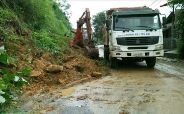 Công ty cổ phần Xây dựng đường bộ I Yên Bái khắc phục sự cố sạt lở đất trên tuyến quốc lộ 32.