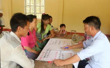 Người dân thôn Khe Tiến, xã Hồng Ca, huyện Trấn Yên tham gia bàn bạc khi thực hiện các tiểu dự án.