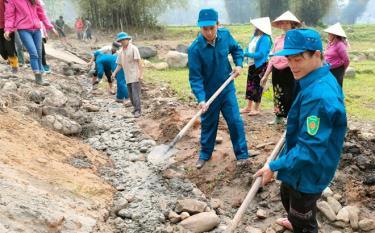 Lực lượng vũ trang huyện Văn Chấn giúp dân tu sửa đường giao thông tại xã Tú Lệ.