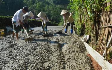 Nhân dân xã Bình Thuận, huyện Văn Chấn bê tông hóa đường giao thông nông thôn.