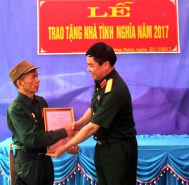 Thiếu tướng Phạm Đức Duyên trao Quyết định bàn giao Nhà tình nghĩa cho ông Hoàng Đức Nhiên.