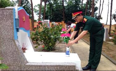 Lãnh đạo Viettel Yên Bái cùng các đoàn viên thanh niên thay hoa trên các phần mộ liệt sỹ.